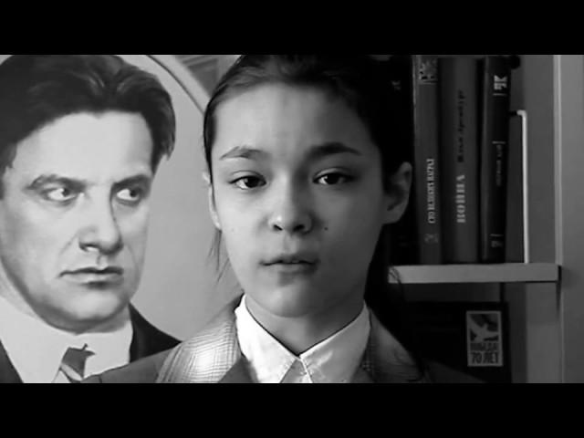 Изображение предпросмотра прочтения – АлинаВоробьёва читает отрывок изпроизведения «Стихи о советском паспорте» В.В.Маяковского