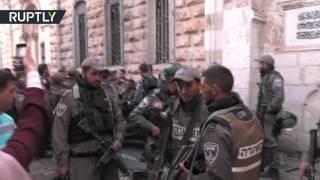 اشتباكات عنيفة بين الشرطة الإسرائيلية والمصلين في باحات المسجد الأقصى