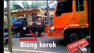 kesal..! - tidak bisa lewat supir truk bunyikan klakson keras akibat mobil parkir sembarangan