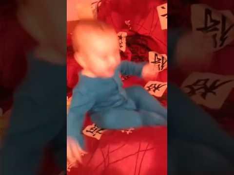 Малыш смеется.Маленький болельщик.Смотрим футбол.7 месяцев малышу.