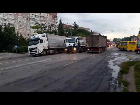Новини Тернополя 20 хвилин: Водії вантажівок, які простояли в заторі не менше години, підтримували пікетувальників