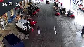 Zloděje v Ostravě zablokovali prodejci vysokozdvižnými vozíky