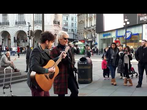 Rod Stewart busks in Piccadilly - Handbags and Gladrags