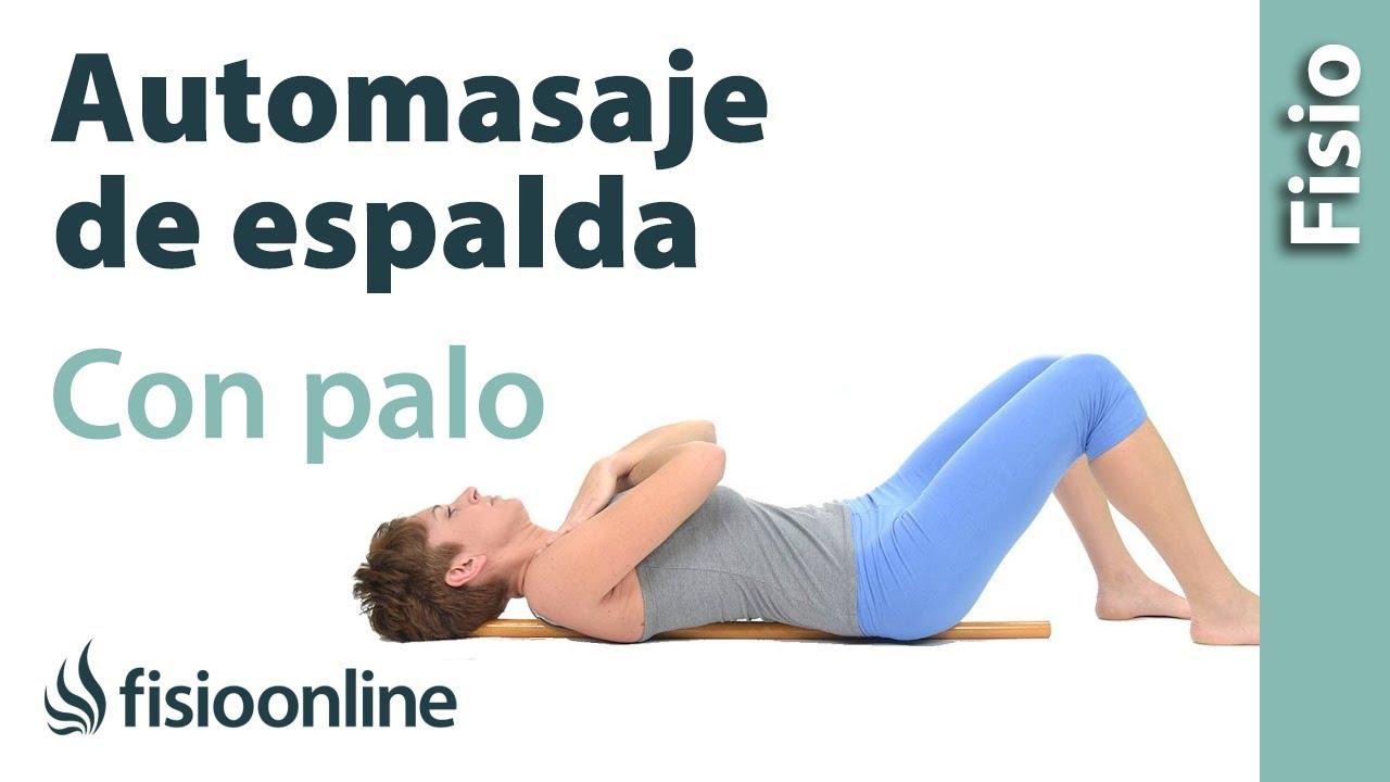 Automasaje de la musculatura de la espalda o columna con palo de ...
