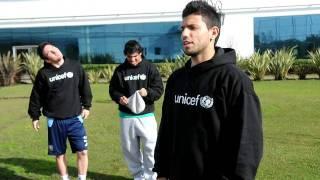 Kun Aguero graba un video para UNICEf y Messi y Tevez le hacen bromas