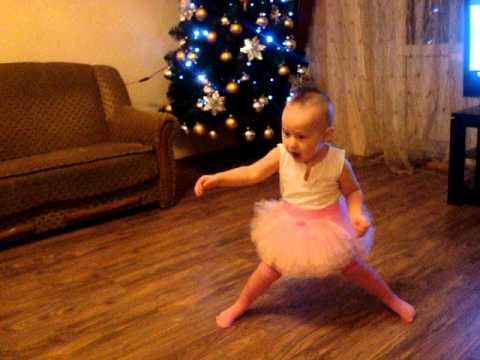 Дети танцуют и поют