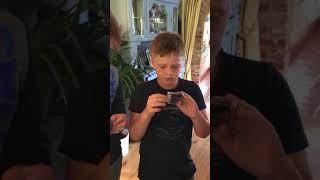 Дети выясняют, как включить аудиокассету