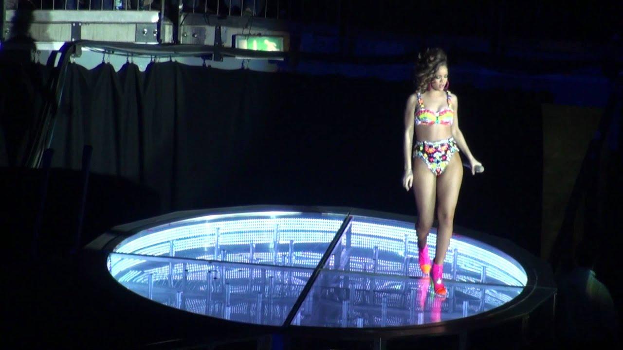 Rihanna - Disturbia Live at The o2 - 15/11/11 HD