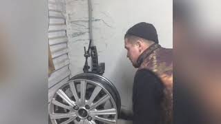видео Правка и ремонт литых дисков в Красноярске