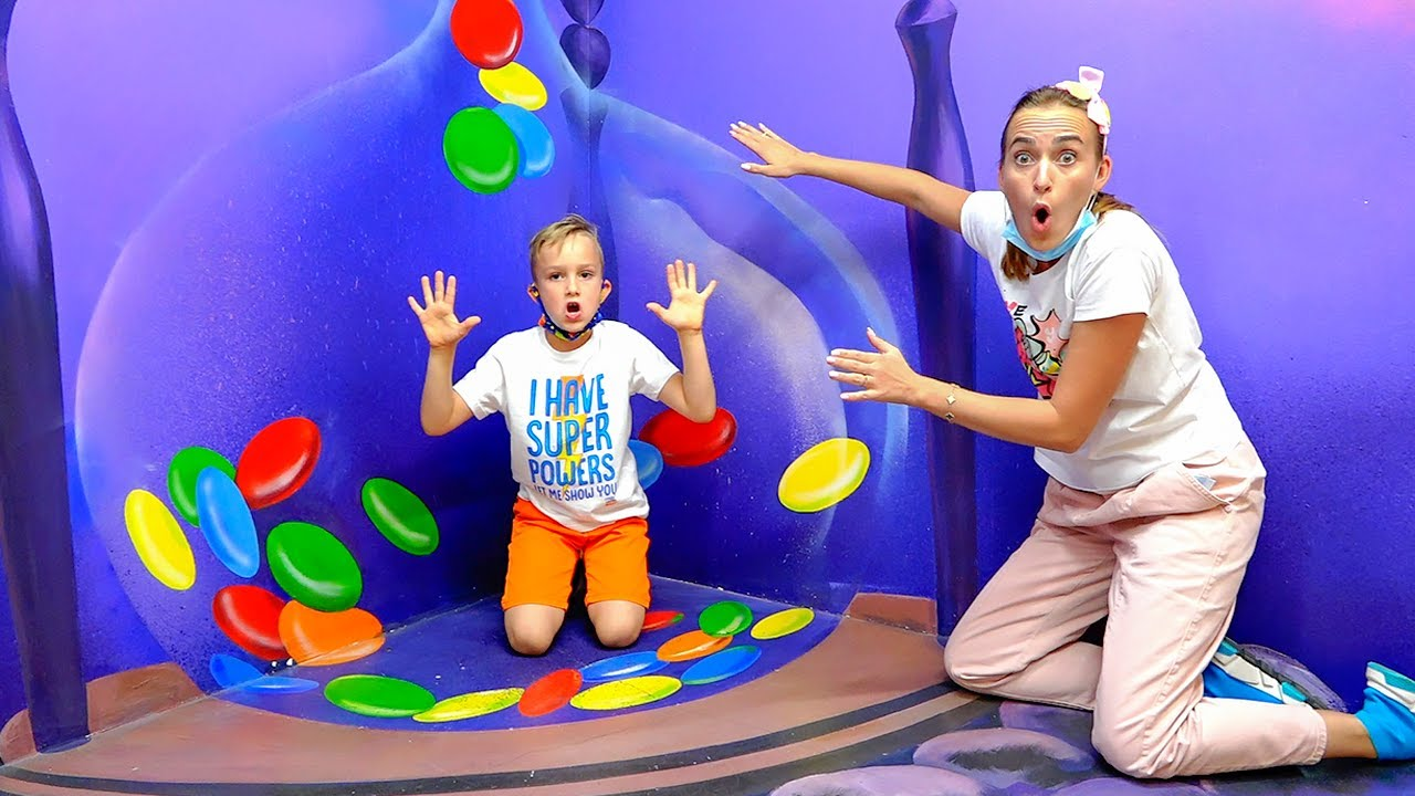 Vlad and Niki play and have fun in museums of illusions