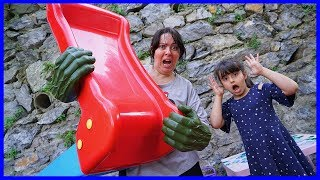 Özlem Hulk Eldivenleri İle Oyuncakları Kaldırdı | Playing With Hulk Gloves - Funny Kids Video