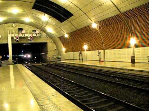 Gare de Monaco Monte-Carlo - Arrivée d'un train TER en provenance de Vintimille.AVI