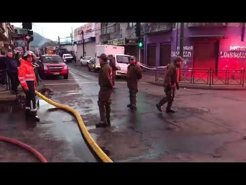 Incendio afectó a 3 locales comerciales y un liceo en Temuco: más de 10 salones de clase se quemaron