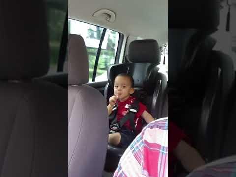 Şarki Söyleyen Küçük çocuk