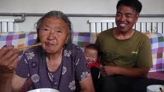 阿凯家今天吃农家饭了,小米焖饭,这味道奶奶最爱吃了