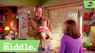 Скачать Mike Borrows A Baby For Frankie The Middle