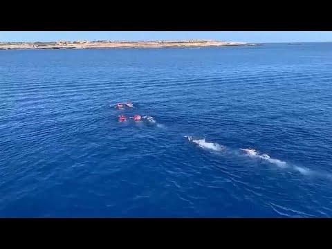 شاهد: مهاجرون يهربون سباحة من سفينة الإنقاذ العالقة في إيطاليا …  - 17:54-2019 / 8 / 18