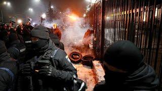 Gambar cover Russia-Ucraina: proteste e tensioni di fronte all'ambasciata russa a Kiev