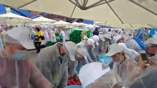 Константин Озеров участвует в нарезании самого большого греческого салата