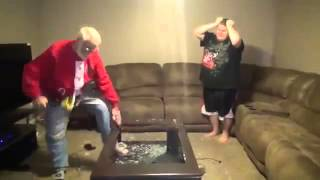 Un grand père en colère explose la ps4 de son petit fils !