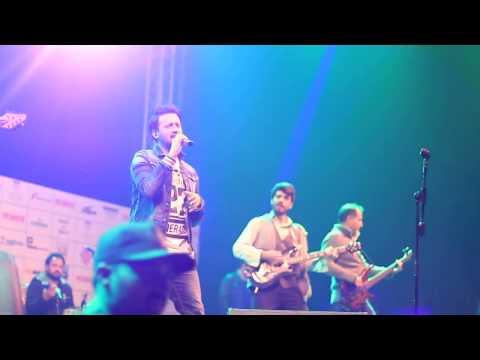 Atif Aslam paying Tribute to Junaid jamshed  Aitbar heart touching Song