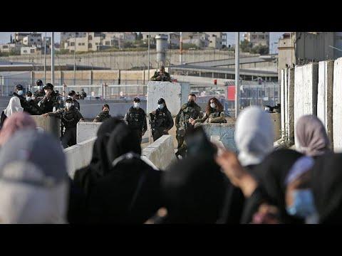 شاهد: إجراءات أمنية مشددة في القدس قبل أداء أول صلاة الجمعة خلال شهر رمضان في المسجد الأقصى…