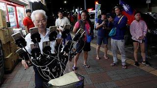 Taiwan grandpa plays Pokémon Go on 15 mobile phones