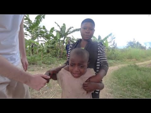 Una niña africana llora al ver un hombre blanco: pensaba que era un fantasma