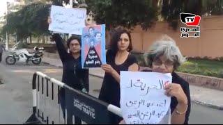 وقفة لأسرة علاء عبدالفتاح أمام قصر الاتحادية للمطالبة بالإفراج عنه