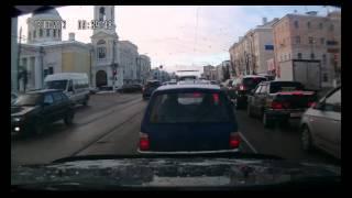 Jeep - проезд на красный по встречным трамвайным путям.avi(Jeep выезжает на встречные трамвайные пути и проезжает перекресток на красный свет., 2012-03-13T19:19:17.000Z)