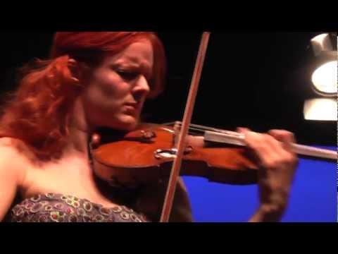 Philippe Girardin ajuste le Stradivarius de Rachel Kolly D'Alba