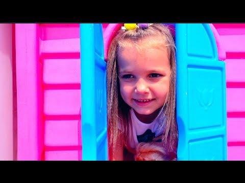 Катя играем в дочки матери с Куклами и колясками на прогулке и детской площадке с бассейном