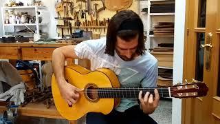 Gabriel Exposito en mi taller tocando guitarra de ciprés de 1a especial