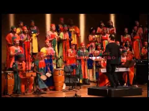 Maestro Cícero Alves rege Amavolovolo Concerto Vozes da África