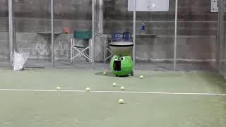 maquina lanza pelota pádel y tenis a fondo.