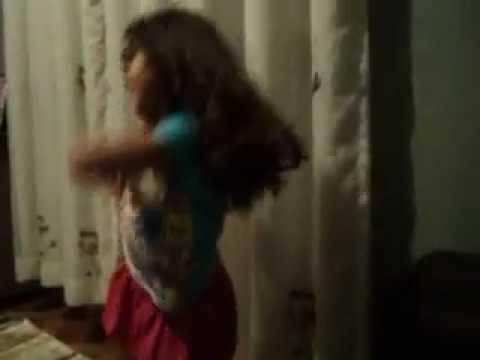 Naty dançando funk