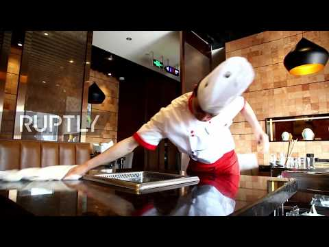 China: Waiting has never been so fast - Chengdu restaurant staff wipe tables in the blink of an eye
