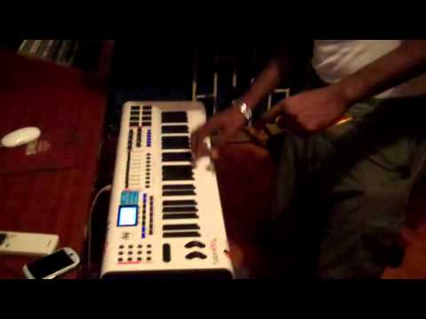 Seanizzle Making A New Riddim while Vibing With Bencil & Cubanis NOV 2011