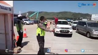 Polisi Atur Lalu Lintas Dengan Berjoget