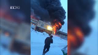 На проспекте Космонавтов за заводом «Пепси» загорелся промышленный ангар