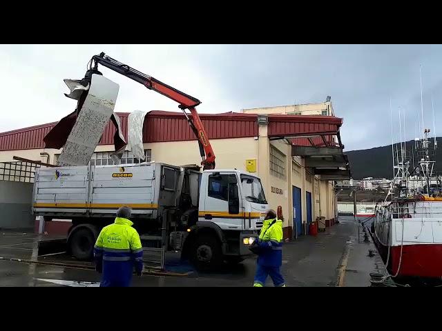 O vento arranca chapas na fábrica de xeo de Burela