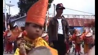 Anak-anak Memainkan Musik Tradisional Minang Kabau