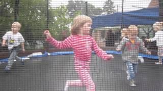 Hania z Gabrysią na trampolinie