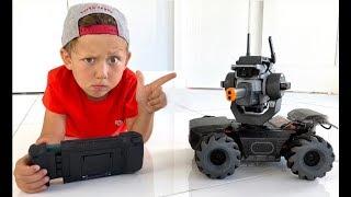 सेन्या और उनके रोबोमैस्टर पापा का शिकार कर रहे हैं
