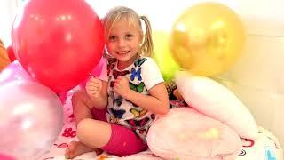 Niños y papá juegan con globos de colores