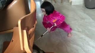 Foodie XiaoMan 超萌小吃貨~小蛮殿下家務篇,能不能幫上姨姨的忙呢😜❤️🐱🍄 #46個月 #housework #baby #eatingmachine #小蛮 #xiaoman
