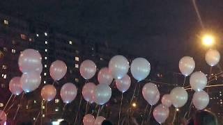 Запуск светящихся шаров на свадьбе.