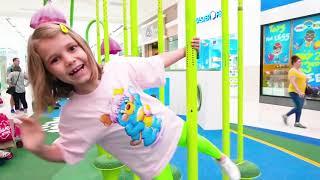 Катя и Макс играют в конфетных сладостях на реальной детской площадке