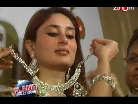 Kareena Kapoor gets a diamond necklace from a crazy fan