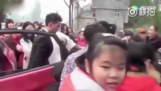 Жених насильно выволок невесту из машины